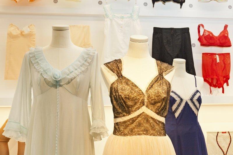 Nur die Damenwäsche wird bunt und wird häufig aus Kunstfasern gefertigt – Stücke aus den 1950er und 1960er Jahren Foto: Haus der Geschichte Baden-Württemberg / Sacha Dauphin