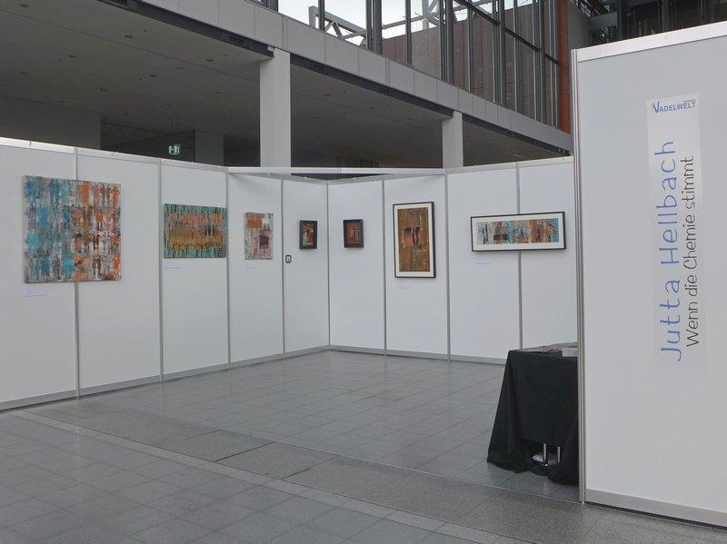Blick in die Ausstellung von Jutta Hellbach 'Wenn die Chemie stimmt'