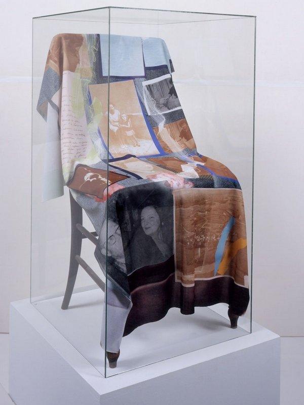 Patrice Hugues (né en 1930) Des Souvenirs mêlés au tissu, 1973 Tissu polyester thermo-imprimé 0,83 x 0,45 x 0,43 m (installé sur la chaise), 1,47 x 0,69 m (tissu déployé) ® Musées d'Angers