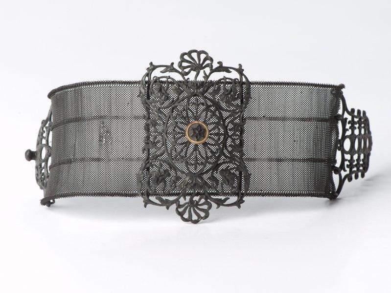 Armband Eisen Berlin, frühes 19. Jh. Schmuckmuseum Pforzheim Foto: Petra Jaschke