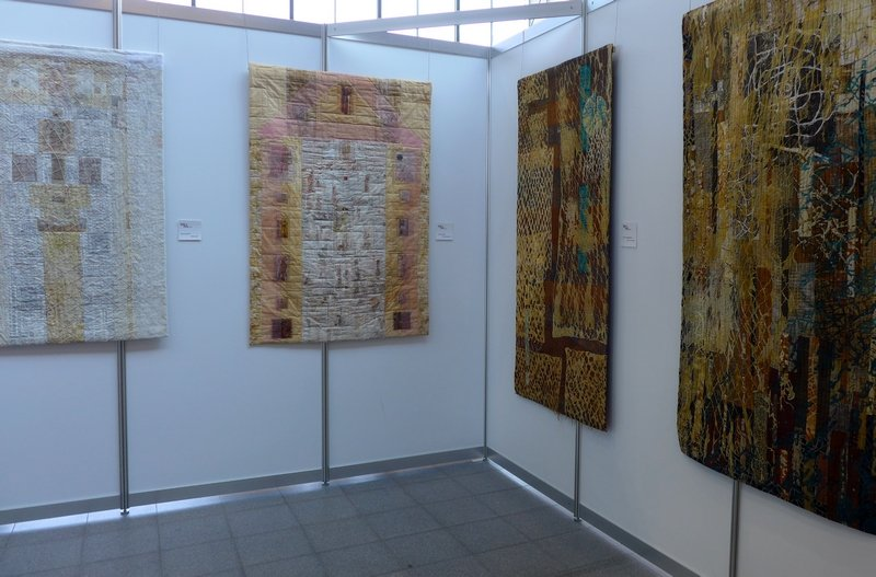 Rozal Winter: Netwoodoo, Mantra-Weave, Eszter Bornemisza: Crossing the Plain, crossing the Water (v.l.n.r.) Modern Movement: Blick in die Ausstellung 'Passages'