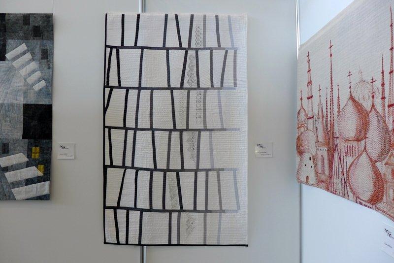 Piroska Pasztor: Stoffgeschichten II (li), Csilla Hegyi: Ost-West, Detail (re) Modern Movement: Ausstellung 'Passages'