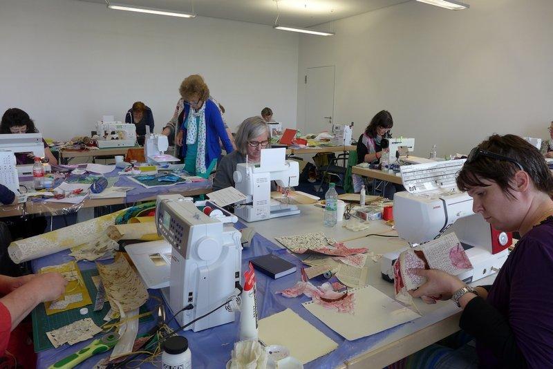 Blick in den Kurs 'Papier und Textil: Eine wunderbare Kombination' unter der Leitung von Britta Ankenbauer