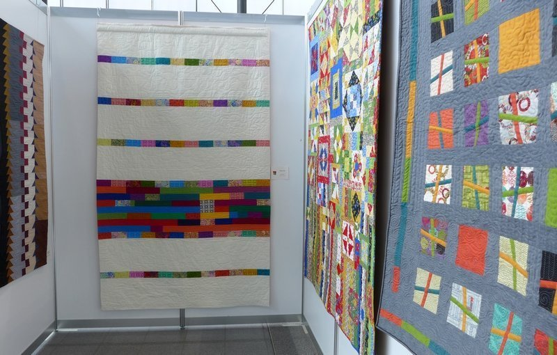 Angela Schmid: Modern Mix (quilted by Becks Martinell) (Mitte) Modern Quilt Guild Stuttgart: Ausstellung 'Modern Quilting im Ländle'