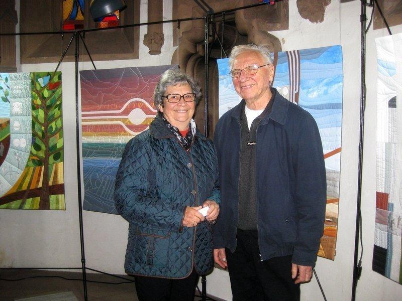 Elfriede und Martin Bohle in ihrer Ausstellung 'in einer Zeit der Ewigkeit ...' Foto: Gudrun Heinz