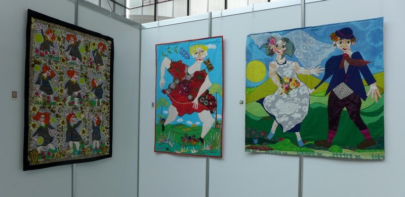 Bodil Gardner: Nine girls dancing, 134 x 102 cm (li), Mother Earth, 132 x 91 cm (Mitte), Roses for Rosie, 120 x 124 cm (re) Ausstellung 'Bodils Patchwork Bilder'