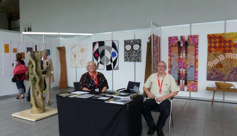 Blick in die Ausstellung 'Gegensätze - Holz- und Textilkunst' von Klaus Herzberger und Gabriele Schultz-Herzberger
