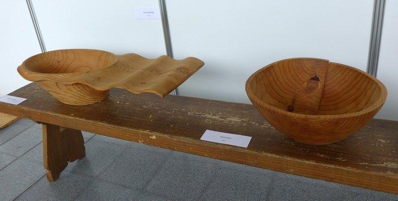 Klaus Herzberger: Wellenschüssel, 2010 (li) und Schüssel 2007 (re) Ausstellung 'Gegensätze - Holz- und Textilkunst' von Klaus Herzberger und Gabriele Schultz-Herzberger