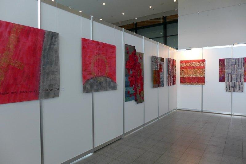 Blick in die Ausstellung von Jana Sterbova 'Die ROTE Kollektion'