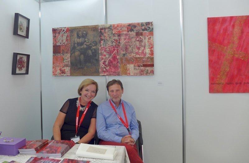 Jana Sterbova und Göttergatte Petr Nikodem in der Ausstellung von Jana Sterbova 'Die ROTE Kollektion'