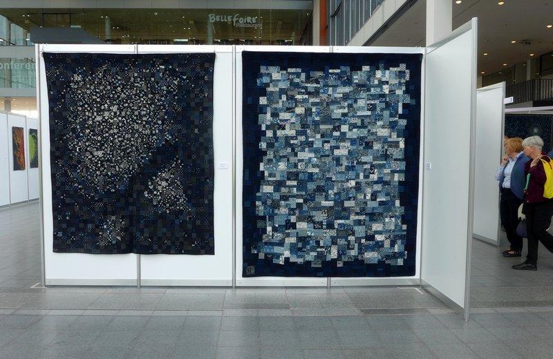 Shizuko Kuroha: Sternenpracht, 1999, 207 x 174 cm (li), Fata Morgana, 2014, 230 x 184 cm (re) Ausstellung 'Die Welt von Indigo und Sarasa'