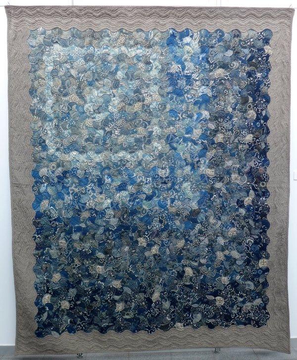 Kazumi Matsuoka: Meeresklänge, 2014, 235 x 192 cm Blick in die Ausstellung 'Die Welt von Indigo und Sarasa'