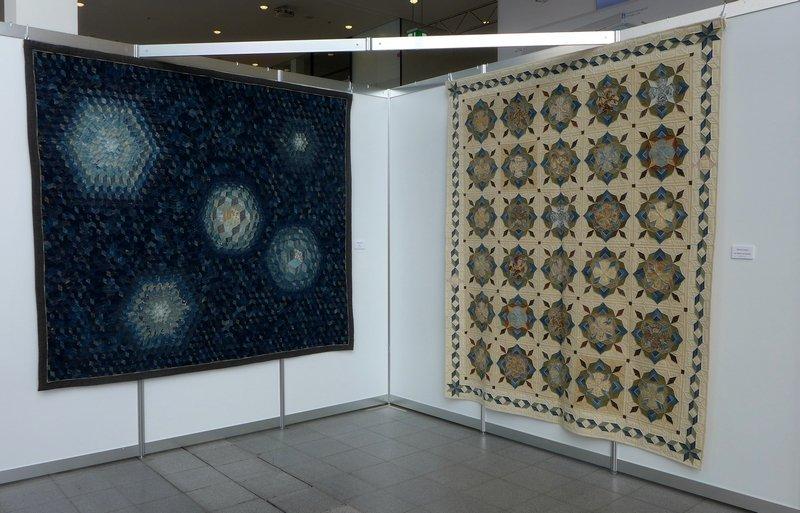 Shizuko Kuroha: All II, 1992, 192 x 222cm (li), Die Blumen von Raymond, 2002, 225 x 190 cm (re) Blick in die Ausstellung 'Die Welt von Indigo und Sarasa'
