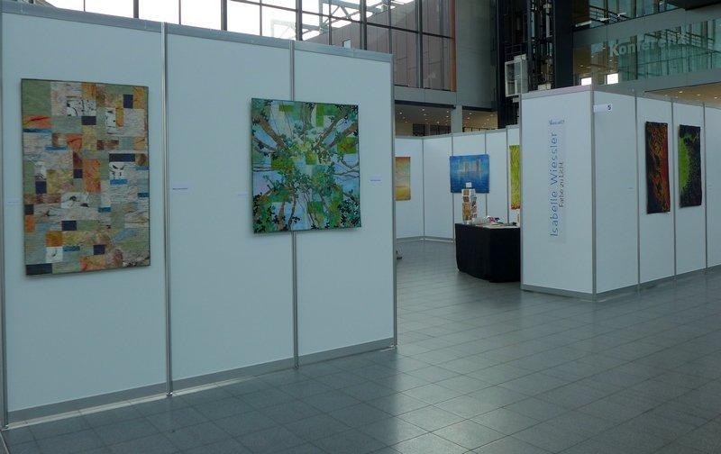 Ausstellung von  Elisabeth Nacenta de la Croix (CH):  Tahuata, Magic View und Isabelle Wiessler (D):  Sonneneruption 1, Sonneneruption II (v.l.n.r.)