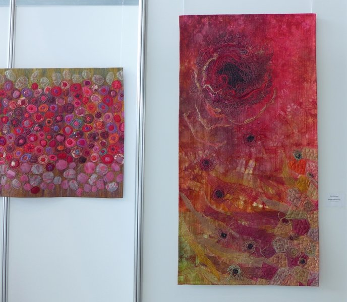 Jana Sterbova (CZ): Poppy Field (li), Dämmerung (re) Ausstellung 'Die ROTE Kollektion'