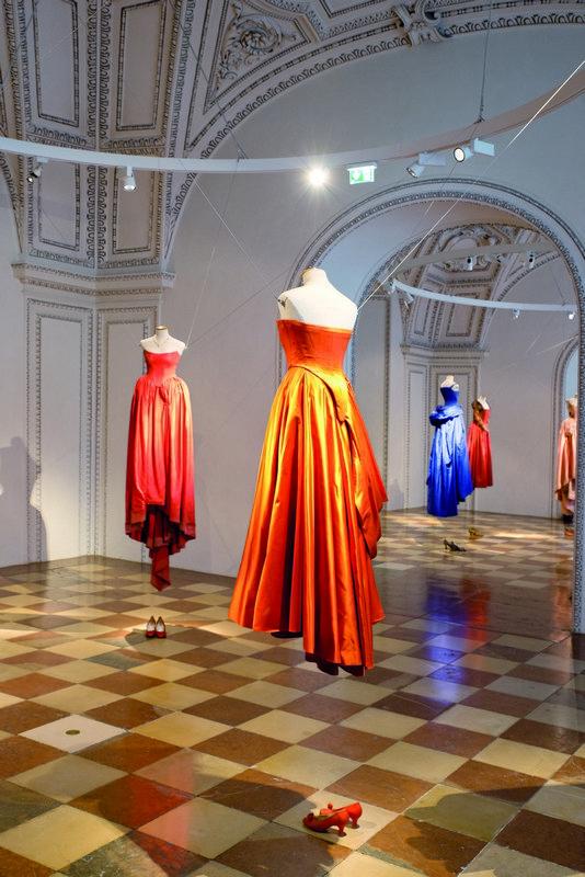 Ausstellung 'Die Kleider der Buhlschaft' Kleider der Schauspielerinnen Birgit Minichmayr (siennarot), Nina Hoss (rot), Sophie v. Kessel (blau), Dörte Lyssewski (rot-gold), Veronica Ferres (puderrosa) Foto: ©Anneliese Kaar, Salzburg