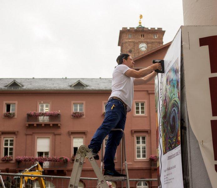 Vorbereitung der Ausstellung 'Zeichen der Zeit' Foto: Gudrun Heinz