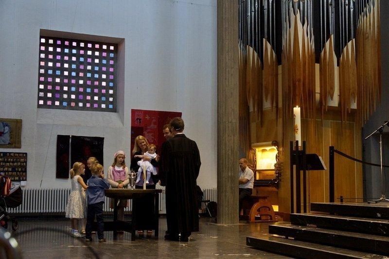 Tauf-Zeremonie Blick in die Ausstellung 'Zeichen der Zeit' in der Ev. Stadtkirche Karlsruhe