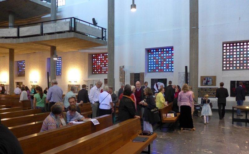 Blick in die Ausstellung 'Zeichen der Zeit' in der Ev. Stadtkirche Karlsruhe