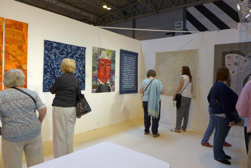 Blick in die Ausstellung 'Diversity in Europe': Quilts aus Dänemark (Detail), Frankreich, Schweiz, Deutschland, Spanien und Grossbritannien (Detail) The Festival of Quilts 2015