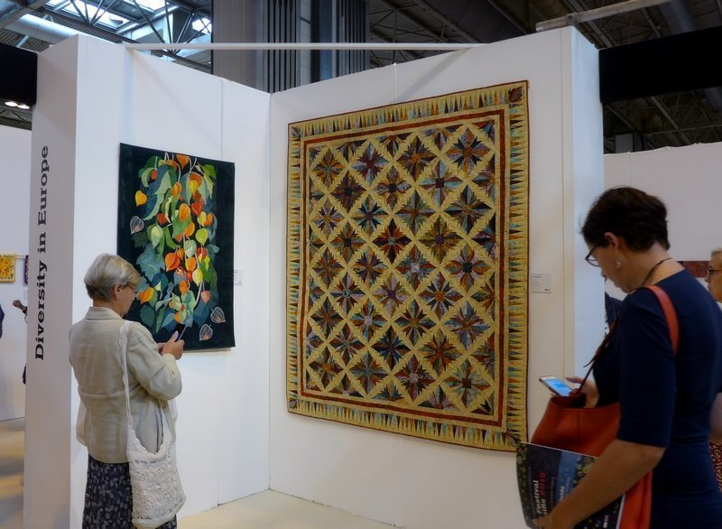 Klara Feledi (H): Late Summer (li), Monika Greinz (A): Wüstenblume (re) Ausstellung 'Diversity in Europe' The Festival of Quilts 2015