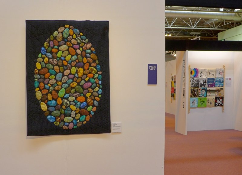 Lisa Dodson: Consider the Egg (li) SAQA Ausstellung 'Food for Thought' The Festival of Quilts 2015