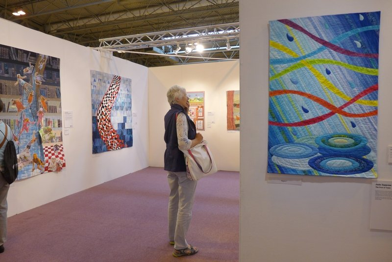 Judy Zappone: The Pool of Tears Blick in die Ausstellung 'In the Spotlight': Adventures in Wonderland The Festival of Quilts 2015