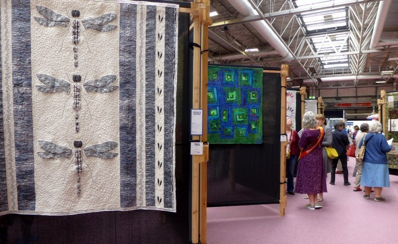 Kate White: Dragonfly Studies; Detail (vorn), dahinter Kate Dowty: Vaguely Log Cabin, Detail (Contemporary Quilts) The Festival of Quilts 2015
