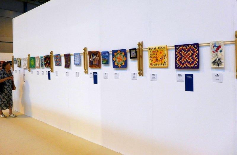 Blick auf eine Reihe der Miniature Quilts  The Festival of Quilts 2015