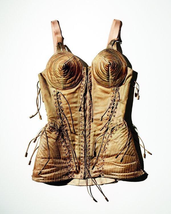 Emil Larsson Gold corset (Goldkorsett), 2014 Korsett aus Vintage-Lamé, getragen von Madonna zur Blond Ambition World Tour, 1990 © Emil Larsson