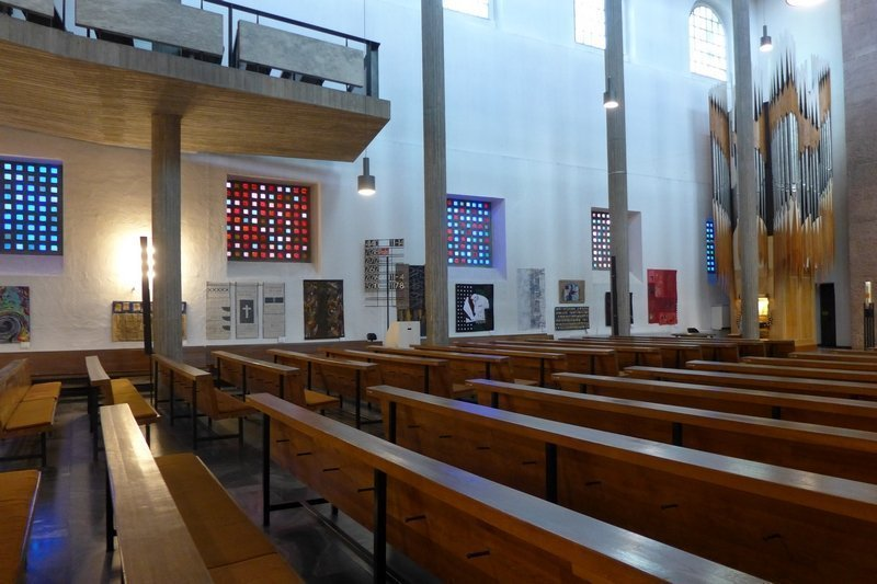 Blick in die Ausstellung 'Zeichen der Zeit' in der Ev. Stadtkirche Karlsruhe Foto: Gudrun Heinz