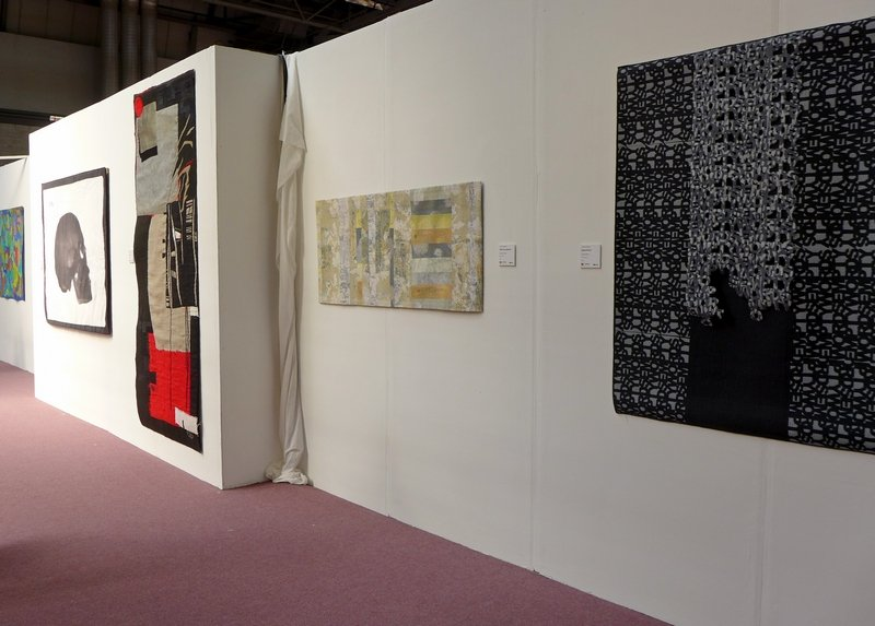 Janet Twinn: This is Summer, Detail, Karina Thompson: The Leper's Skull, Elina Lusis-Grinberga: Doors, Audrey Critchley: What Lies Beneath, Claudia Helmer: Empty Words, Detail Blick in die Ausstellung 'Fine Art Quilt Masters' The Festival of Quilts 2015