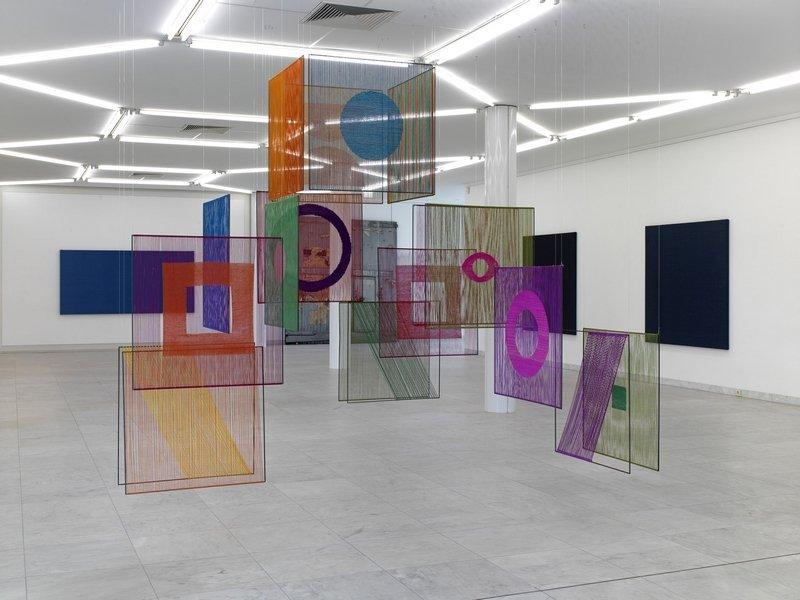 Elsi Giauque Éléments textiles dans l'espace, 1970/72  Kunstsammlung der Stadt Biel  Photo: Achim Kukulie, Ausstellungsansicht aus Textiles: Open Letter, Museum Abteiberg, DE