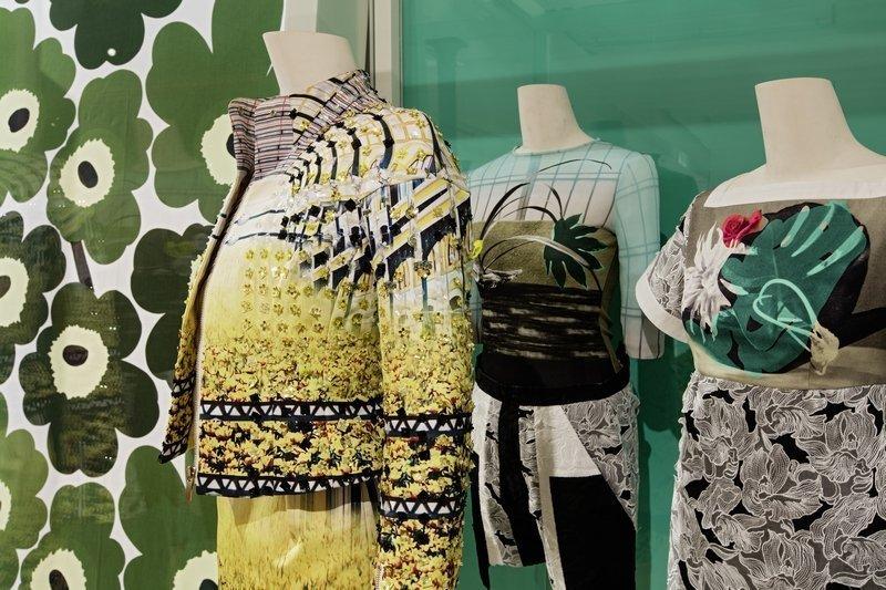 Kleider von Peter Pilotto (rechts und Mitte) sowie von Mary Katrantzou (links) vor einem Stoff von Maja Isola für Marimekko. Foto: Stefan Rohner
