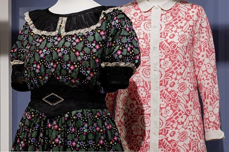 Vorne zu sehen ist ein Kleid der Wiener Werkstätte von 1915. Das Kleid hinten stammt aus den 1970er Jahren als die Muster der 1910/20er Jahre wiederentdeckt worden sind. Foto: Stefan Rohner