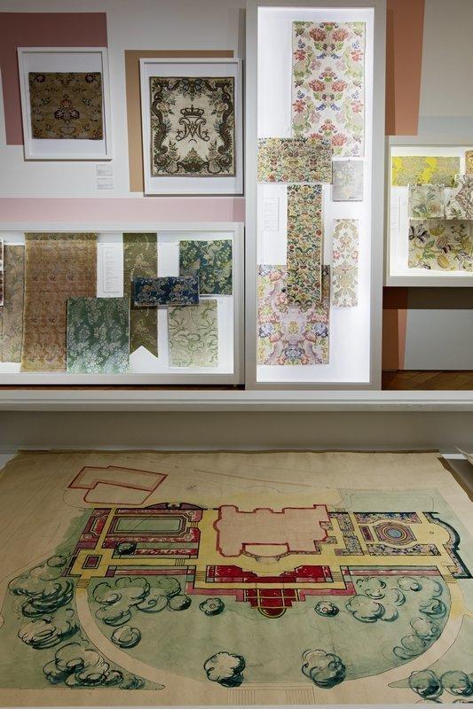 Ausstellungsansicht mit Barocktextilien und Bauplan im Stil des Barock. Foto: Stefan Rohner