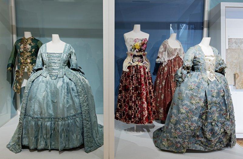 Der Barock war eine besonders blumige Epoche – sowohl für Damen als auch für Herren. Die englisch-griechische Designerin Mary Katrantzou verwendet barockähnliche Blumenmuster für ihre Kreationen (rotes Kleid in der Mitte). Foto: Stefan Rohner