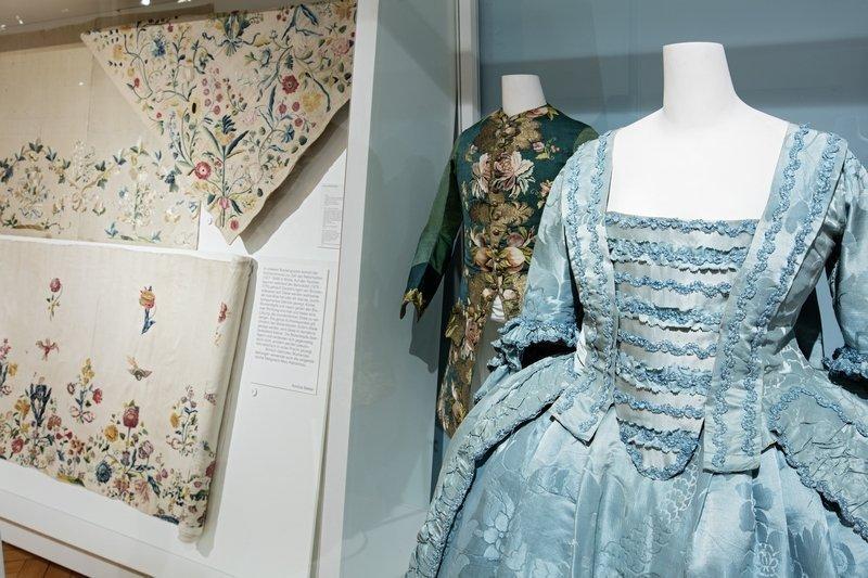 Im Vordergrund zu sehen ist eine Robe von 1740-1760, im Hintergrund eine Herrenweste von 1720-1740. Foto: Stefan Rohner