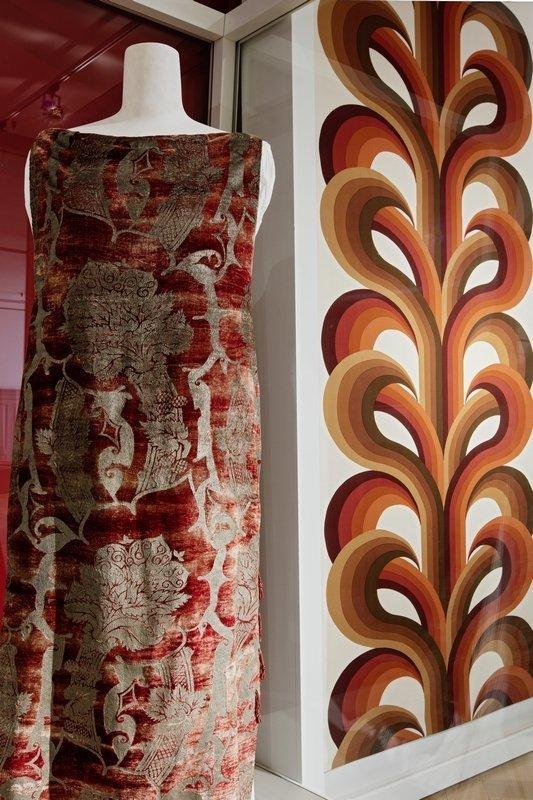 Ein Kleid von Mariano Fortuny mit Muster im Stil von Renaissance-Geweben aus den Jahren 1912/15. Im Hintergrund ein Druckstoff von Evelyn Redgrave von 1968. Foto: Stefan Rohner