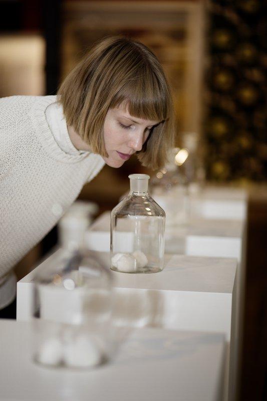 Die Kuratorin Annina Weber und die Duftinstallation in der Ausstellung, in der Modepflanzen der jeweiligen Epoche gerochen werden können. Foto: Stefan Rohner