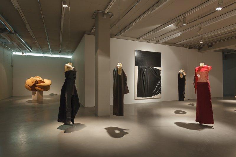 Kostas Murkudis, Autumn/Winter Kollektionen 2012–2014 Ausstellungsansicht MMK 2 Foto: Axel Schneider