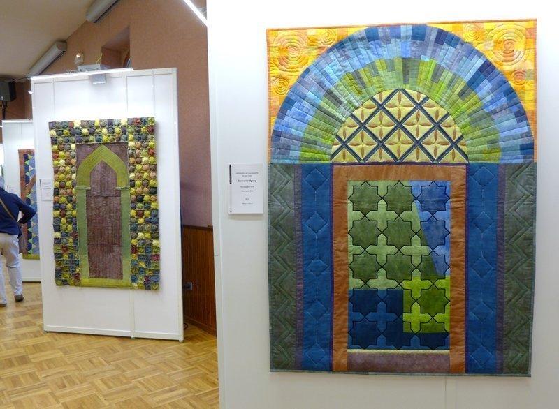 Renate Meyer (D): Sonnenaufgang (re vorn), Monika Modersitzki (D): Bukhara (li) Gröbenzeller Quiltgruppe, Ausstellung 'Tor zum Orient' 21. Europäisches Patchwork Treffen 2015