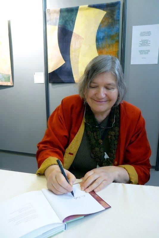 Heide Stoll-Weber (D) signiert ihr neues Buch 'Textile Texturen' (bei der Autorin über www.farbstoff.com bestellbar) Ausstellung 'Shapes and Lines' 21. Europäisches Patchwork Treffen 2015