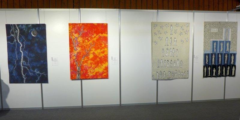 Hilde van Schaardenburg (NL): Lightning and Thunder, Flames (li), Susan Chapman (UK): Reach For the Stars 1 und 2 (re) Art Quilt Fusion, Ausstellung 'Ambition' 21. Europäisches Patchwork Treffen 2015