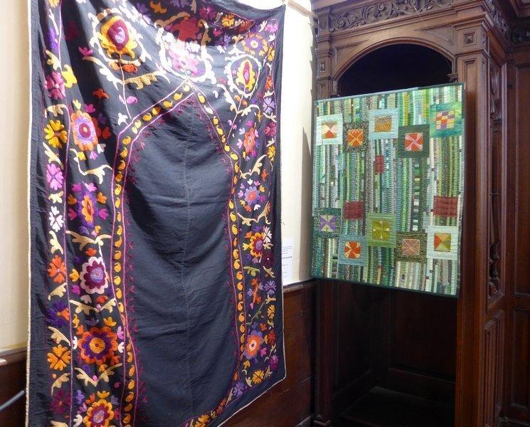 Suzani - niche de prière (Gebetsnische) Deutsch-Afghanische Initiative - Pascale Goldenberg Ausstellung 'We All Love Flowers' 21. Europäisches Patchwork Treffen 2015