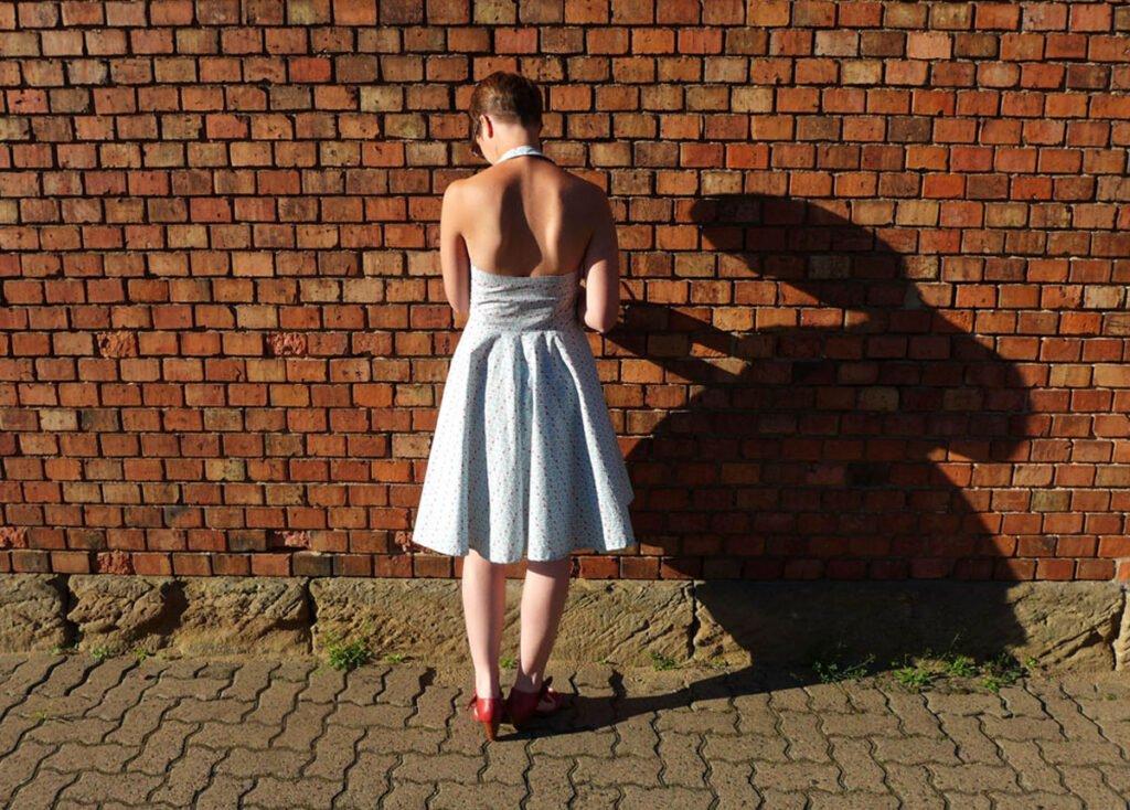 Sommerkleid mit Paspel- die Rückseite