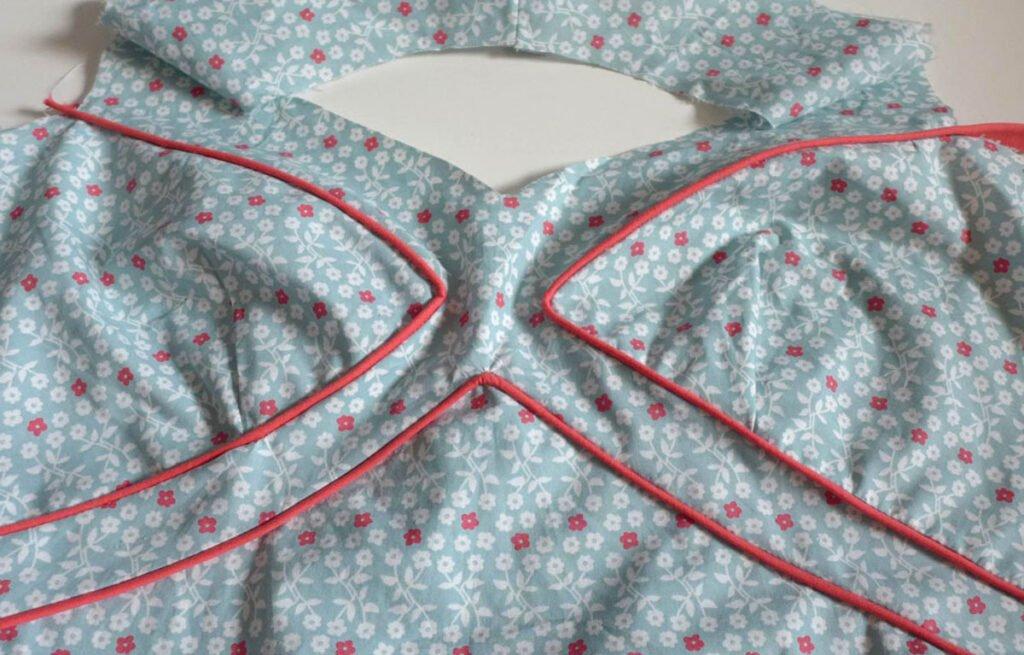 Sommerkleid mit Paspel- das Oberteil
