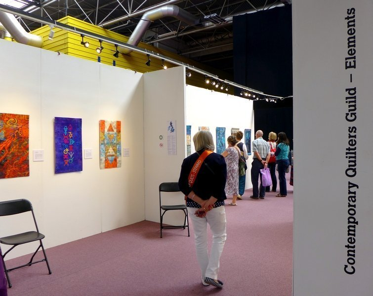 Contemporary Quilt Blick in die Ausstellung 'Elements' The Festival of Quilts 2015