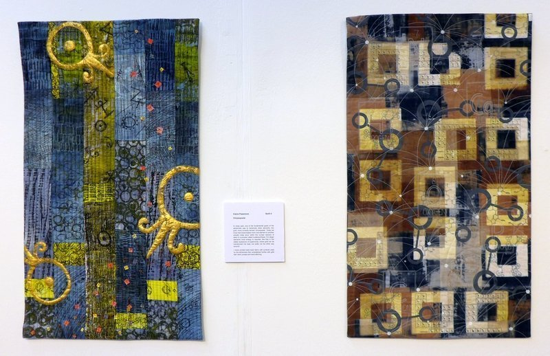 Claire Passmore: Chrysopoeia (li), Leah Higgins: After Image (re) Contemporary Quilt Blick in die Ausstellung 'Elements' The Festival of Quilts 2015