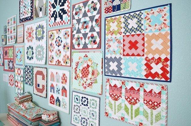 Mini Quilts an der Wand von Camille Rosekelley's Studio